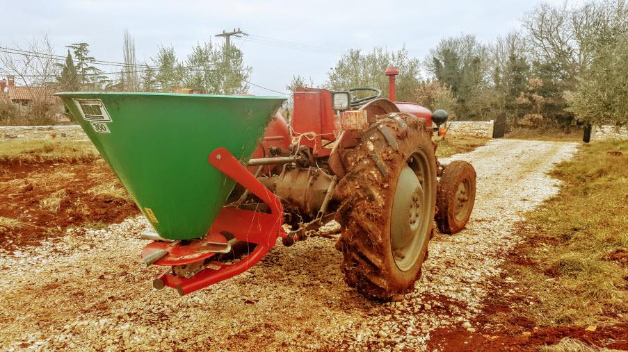traktor sa rasipačem